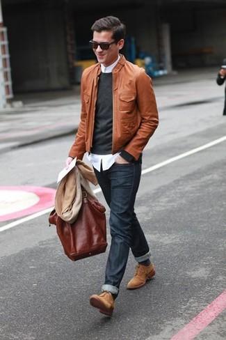 Erwägen Sie das Tragen von einer braunen Leder Bomberjacke und dunkelgrauen Jeans, um mühelos alles zu meistern, was auch immer der Tag bringen mag. Machen Sie Ihr Outfit mit beige wildleder derby schuhen eleganter.