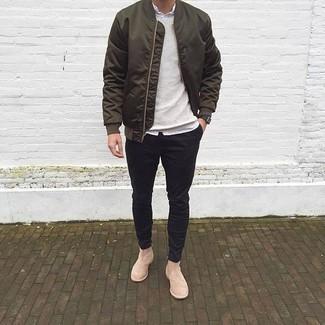 Olivgrüne Bomberjacke kombinieren: trends 2020: Kombinieren Sie eine olivgrüne Bomberjacke mit einer schwarzen Chinohose für einen bequemen Alltags-Look. Fühlen Sie sich mutig? Vervollständigen Sie Ihr Outfit mit hellbeige Chelsea Boots aus Wildleder.
