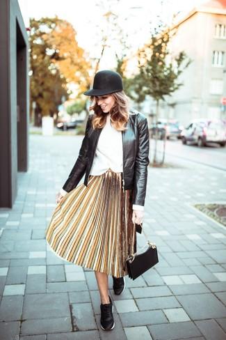 Wie kombinieren: schwarze Leder Bomberjacke, weißer Pullover mit einem Rundhalsausschnitt, gelber Falten Midirock, schwarze Leder niedrige Sneakers