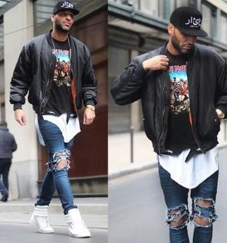 Wie kombinieren: schwarze Bomberjacke, schwarzer bedruckter Pullover mit einem Rundhalsausschnitt, weißes T-Shirt mit einem Rundhalsausschnitt, blaue enge Jeans mit Destroyed-Effekten