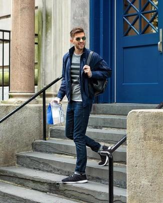 Wie kombinieren: dunkelblaue Bomberjacke, grauer horizontal gestreifter Pullover mit einem Rundhalsausschnitt, weißes T-Shirt mit einem Rundhalsausschnitt, dunkelblaue Jeans