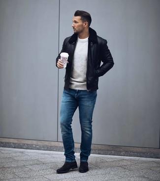Wie kombinieren: schwarze Leder Bomberjacke, grauer Pullover mit einem Rundhalsausschnitt, weißes T-Shirt mit einem Rundhalsausschnitt, blaue Jeans
