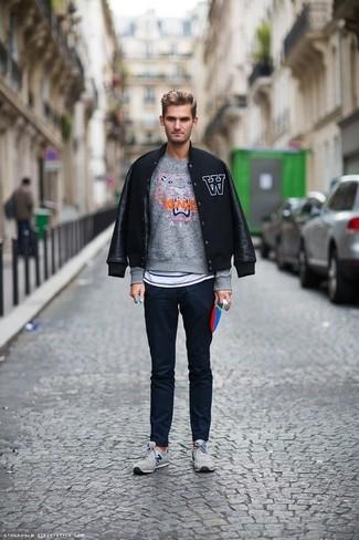 Dunkelgrauen Pullover mit einem Rundhalsausschnitt kombinieren: trends 2020: Tragen Sie einen dunkelgrauen Pullover mit einem Rundhalsausschnitt und eine dunkelblaue Chinohose für einen bequemen Alltags-Look. Fühlen Sie sich mutig? Vervollständigen Sie Ihr Outfit mit grauen niedrigen Sneakers.