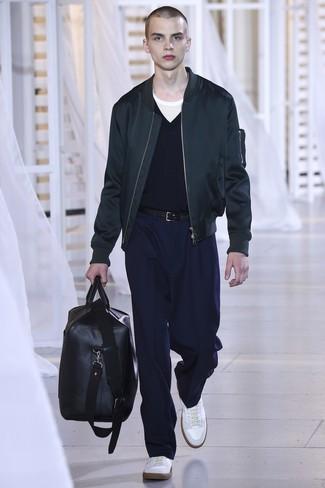 Wie kombinieren: schwarze Bomberjacke, dunkelblauer Pullover mit einem V-Ausschnitt, weißes T-Shirt mit einem Rundhalsausschnitt, dunkelblaue Anzughose