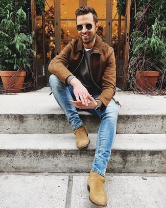 Wie kombinieren: braune Wildleder Bomberjacke, grauer Pullover mit einem V-Ausschnitt, weißes T-Shirt mit einem Rundhalsausschnitt, blaue enge Jeans