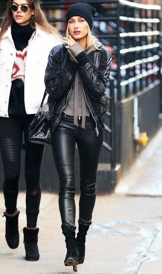 Wie kombinieren: schwarze Leder Bomberjacke, brauner Pullover mit einer Kapuze, schwarze Leder enge Jeans, schwarze Wildleder Stiefeletten
