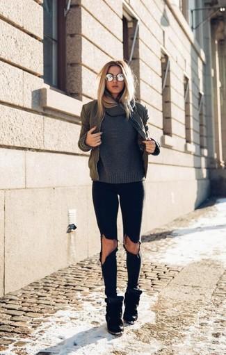 Olivgrüne Bomberjacke kombinieren – 60 Damen Outfits: Um einen schlichten und lässigen City-Look zu erzeugen, tragen Sie eine olivgrüne Bomberjacke und schwarzen enge Jeans mit Destroyed-Effekten. Schwarze Wildleder Keil Turnschuhe sind eine großartige Wahl, um dieses Outfit zu vervollständigen.