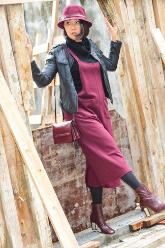 Wie kombinieren: schwarze Leder Bomberjacke, schwarzer Pullover mit einer weiten Rollkragen, dunkelroter Kleiderrock, dunkelrote Leder Stiefeletten