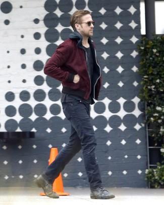 Ryan Gosling trägt Dunkelrote Bomberjacke, Schwarzer Pullover Mit Kapuze, Schwarzes T-Shirt mit Rundhalsausschnitt, Schwarze Jeans
