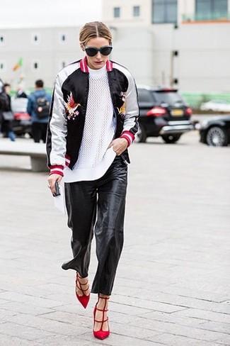 Olivia Palermo trägt Schwarze und weiße Bomberjacke, Weißer Pullover mit Rundhalsausschnitt, Schwarze Freizeithose aus Leder, Rote Wildleder Pumps