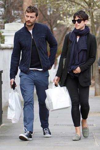 Jamie Dornan trägt Dunkelblaue Wildleder Bomberjacke, Schwarzer Pullover mit Rundhalsausschnitt, Weißes T-Shirt mit Rundhalsausschnitt, Blaue Chinohose