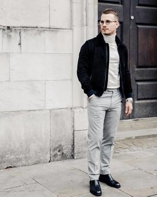 Wie kombinieren: dunkelblaue Wildleder Bomberjacke, weißer Rollkragenpullover, graue Anzughose, schwarze Chelsea-Stiefel aus Leder