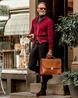Schwarze Wollanzughose kombinieren: trends 2020: Paaren Sie eine rote Wildleder Bomberjacke mit einer schwarzen Wollanzughose für einen stilvollen, eleganten Look. Dieses Outfit passt hervorragend zusammen mit dunkelbraunen Wildleder Slippern.