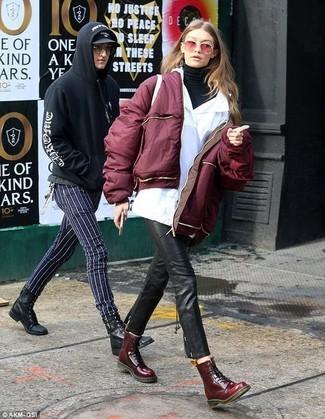Schwarzen Rollkragenpullover kombinieren: Sie möchten Ihren Casual-Stil perfektionieren? Probieren Sie diese Paarung aus einem schwarzen Rollkragenpullover und einer schwarzen enger Hose aus Leder. Bringen Sie die Dinge durcheinander, indem Sie dunkelroten flache Stiefel mit einer Schnürung aus Leder mit diesem Outfit tragen.