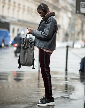 Wie kombinieren: schwarze Leder Bomberjacke, rosa Strick Rollkragenpullover, dunkelrote Cord Chinohose, schwarze Leder niedrige Sneakers