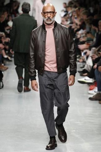 Rosa Rollkragenpullover kombinieren: trends 2020: Erwägen Sie das Tragen von einem rosa Rollkragenpullover und einer dunkelgrauen vertikal gestreiften Chinohose für einen bequemen Alltags-Look. Wählen Sie dunkelroten Leder Derby Schuhe, um Ihr Modebewusstsein zu zeigen.