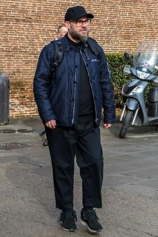 Schwarze Sportschuhe kombinieren: trends 2020: Kombinieren Sie eine dunkelblaue Bomberjacke mit einer schwarzen Chinohose, um einen lockeren, aber dennoch stylischen Look zu erhalten. Fühlen Sie sich ideenreich? Komplettieren Sie Ihr Outfit mit schwarzen Sportschuhen.