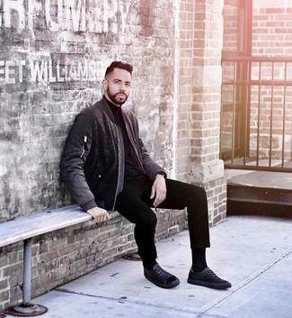 Schwarze Chinohose kombinieren: trends 2020: Entscheiden Sie sich für eine schwarze Bomberjacke und eine schwarze Chinohose für ein Alltagsoutfit, das Charakter und Persönlichkeit ausstrahlt. Suchen Sie nach leichtem Schuhwerk? Komplettieren Sie Ihr Outfit mit schwarzen Leder niedrigen Sneakers für den Tag.