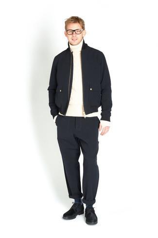 Transparente Sonnenbrille kombinieren – 500+ Herren Outfits: Eine dunkelblaue Bomberjacke und eine transparente Sonnenbrille sind eine kluge Outfit-Formel für Ihre Sammlung. Vervollständigen Sie Ihr Outfit mit dunkelblauen Wildleder Derby Schuhen, um Ihr Modebewusstsein zu zeigen.