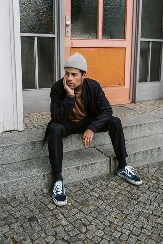 Schwarze Wildleder Bomberjacke kombinieren – 32 Herren Outfits: Tragen Sie eine schwarze Wildleder Bomberjacke und eine schwarze Chinohose für ein Alltagsoutfit, das Charakter und Persönlichkeit ausstrahlt. Fühlen Sie sich ideenreich? Vervollständigen Sie Ihr Outfit mit blauen Segeltuch niedrigen Sneakers.