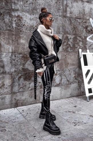 Wie kombinieren: schwarze Leder Bomberjacke, weißer Strick Wollrollkragenpullover, schwarze enge Hose aus Leder, schwarze klobige flache Stiefel mit einer Schnürung aus Leder
