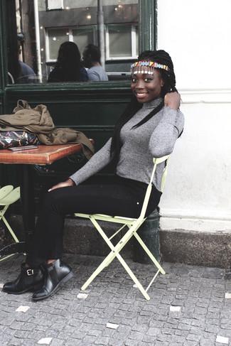 Wie kombinieren: braune Bomberjacke, grauer Rollkragenpullover, schwarze enge Jeans, schwarze Chelsea-Stiefel aus Leder