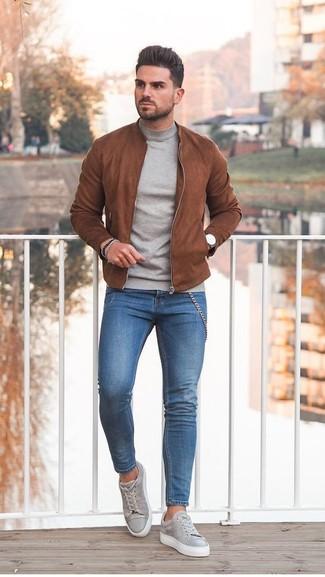 Wie kombinieren: rotbraune Wildleder Bomberjacke, grauer Rollkragenpullover, blaue enge Jeans, graue Wildleder niedrige Sneakers
