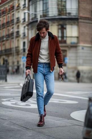 Wie kombinieren: dunkelrote Bomberjacke, weißer Rollkragenpullover, blaue enge Jeans, dunkelrote Lederfreizeitstiefel