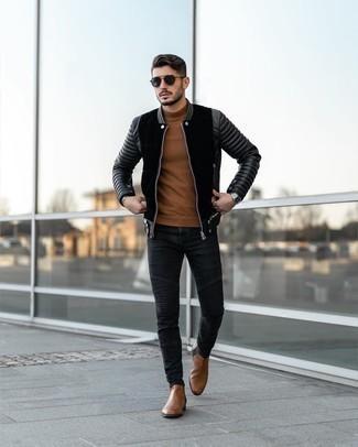 Schwarze Wildleder Bomberjacke kombinieren – 32 Herren Outfits: Vereinigen Sie eine schwarze Wildleder Bomberjacke mit schwarzen engen Jeans für ein sonntägliches Mittagessen mit Freunden. Fühlen Sie sich mutig? Komplettieren Sie Ihr Outfit mit braunen Chelsea Boots aus Leder.