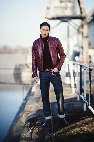dunkellila Leder Bomberjacke, schwarzer Strick Rollkragenpullover, dunkelblaue Jeans, schwarze Lederfreizeitstiefel für Herren