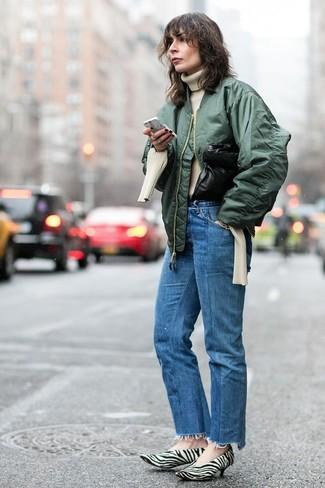 Wie kombinieren: dunkelgrüne Bomberjacke, hellbeige Strick Rollkragenpullover, blaue Jeans, weiße und schwarze bedruckte Pumps aus Kalbshaar