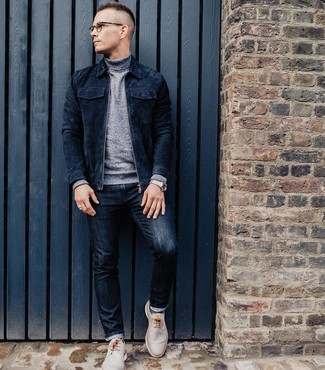 Wie kombinieren: dunkelblaue Wildleder Bomberjacke, grauer Rollkragenpullover, dunkelblaue Jeans, hellbeige Chukka-Stiefel aus Leder