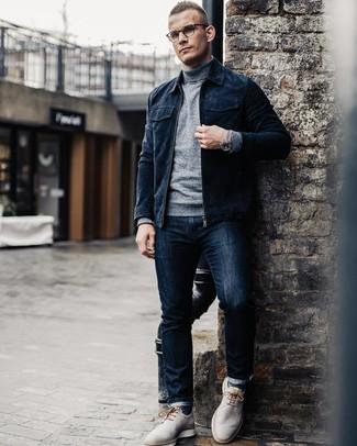Wie kombinieren: dunkelblaue Wildleder Bomberjacke, grauer Rollkragenpullover, dunkelblaue Jeans, graue Leder Derby Schuhe