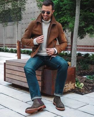 Wie kombinieren: braune Wildleder Bomberjacke, weißer Strick Rollkragenpullover, blaue Jeans, dunkelgraue Chelsea-Stiefel aus Wildleder