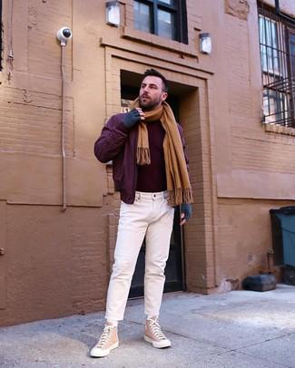 Wie kombinieren: dunkelrote Bomberjacke, dunkelroter Rollkragenpullover, weiße Jeans, beige hohe Sneakers aus Segeltuch