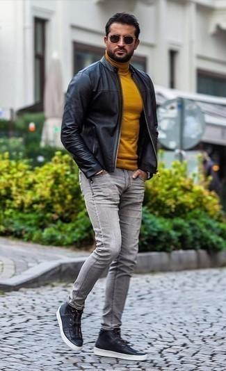 Schwarze Leder Bomberjacke kombinieren: trends 2020: Entscheiden Sie sich für eine schwarze Leder Bomberjacke und grauen Jeans für ein bequemes Outfit, das außerdem gut zusammen passt. Fühlen Sie sich mutig? Komplettieren Sie Ihr Outfit mit schwarzen hohen Sneakers aus Leder.