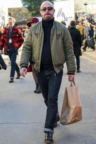 Dunkelblaue Jeans kombinieren: trends 2020: Kombinieren Sie eine olivgrüne Bomberjacke mit dunkelblauen Jeans für ein großartiges Wochenend-Outfit. Komplettieren Sie Ihr Outfit mit einer schwarzen Lederfreizeitstiefeln, um Ihr Modebewusstsein zu zeigen.