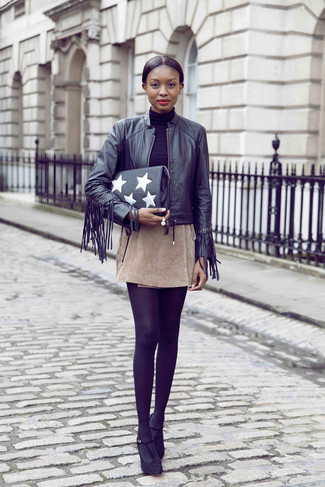 Wie kombinieren: schwarze Fransen Leder Bomberjacke, schwarzer Rollkragenpullover, hellbeige Wildleder Minirock, schwarze Wildleder Pumps