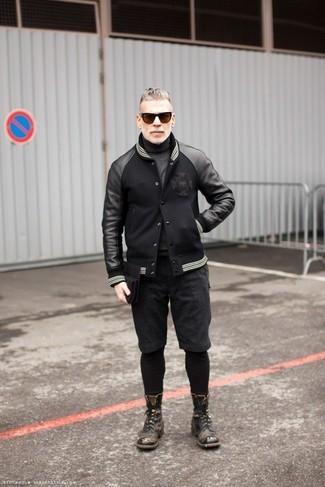Dunkelgraue Lederfreizeitstiefel kombinieren: Tragen Sie eine schwarze Leder Bomberjacke und dunkelgrauen Shorts für einen bequemen Alltags-Look. Eine dunkelgraue Lederfreizeitstiefel sind eine einfache Möglichkeit, Ihren Look aufzuwerten.