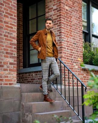 Senf Pullover mit einem Rundhalsausschnitt kombinieren: trends 2020: Die Vielseitigkeit von einem senf Pullover mit einem Rundhalsausschnitt und einer grauen Chinohose mit Schottenmuster machen sie zu einer lohnenswerten Investition. Fühlen Sie sich mutig? Komplettieren Sie Ihr Outfit mit einer braunen Lederfreizeitstiefeln.