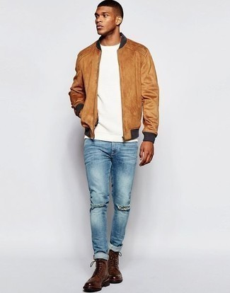 Weißes T-Shirt mit einem Rundhalsausschnitt kombinieren – 1200+ Herren Outfits: Ein weißes T-Shirt mit einem Rundhalsausschnitt und blaue enge Jeans mit Destroyed-Effekten sind eine perfekte Outfit-Formel für Ihre Sammlung. Dunkelbraune Brogue Stiefel aus Leder bringen Eleganz zu einem ansonsten schlichten Look.