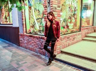 Wie kombinieren: rote Bomberjacke, schwarzer flauschiger Pullover mit einem Rundhalsausschnitt, schwarze Lederleggings, schwarze flache Stiefel mit einer Schnürung aus Leder