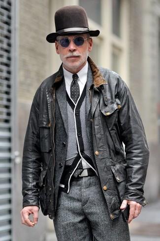 Vereinigen Sie eine schwarze Leder Bomberjacke mit einem Hut für ein Alltagsoutfit, das Charakter und Persönlichkeit ausstrahlt.