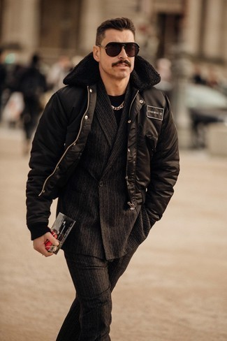 Schwarzen vertikal gestreiften Anzug kombinieren – 55 Herren Outfits: Kombinieren Sie einen schwarzen vertikal gestreiften Anzug mit einer schwarzen Bomberjacke, um einen eleganten, aber nicht zu festlichen Look zu kreieren.