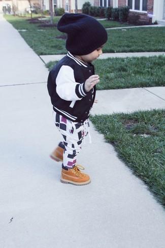 Wie kombinieren: schwarze Bomberjacke, weiße und schwarze Jogginghose, beige Stiefel, schwarze Mütze