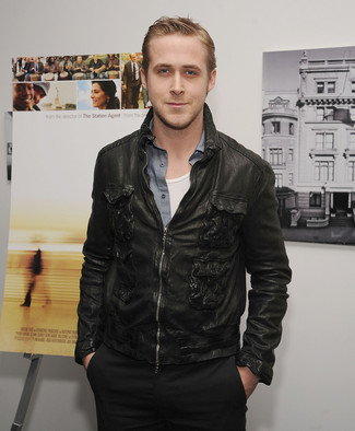 Ryan Gosling trägt Schwarze Leder Bomberjacke, Graues Chambray Langarmhemd, Weißes Trägershirt, Schwarze Chinohose