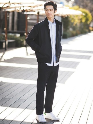 Wie kombinieren: schwarze Bomberjacke, hellblaues vertikal gestreiftes Langarmhemd, schwarze Chinohose, weiße Leder niedrige Sneakers