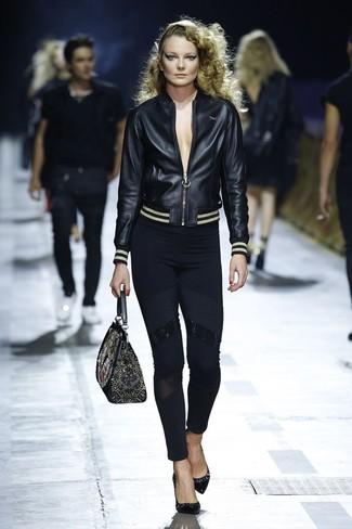Wie kombinieren: schwarze Leder Bomberjacke, schwarze Leggings, schwarze Leder Pumps, schwarze bestickte Satchel-Tasche aus Leder