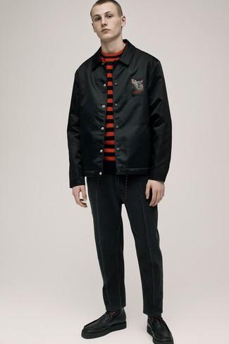 schwarze Bomberjacke, roter und schwarzer horizontal gestreifter Pullover mit einem Rundhalsausschnitt, schwarze Jeans, schwarze Lederfreizeitstiefel für Herren