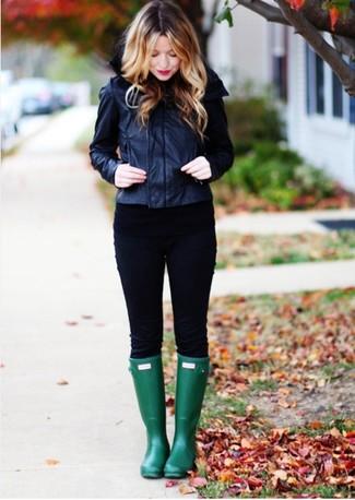 Wie kombinieren: schwarze Leder Bomberjacke, schwarzer Leder Pullover mit einem Rundhalsausschnitt, schwarze enge Hose, dunkelgrüne Gummistiefel